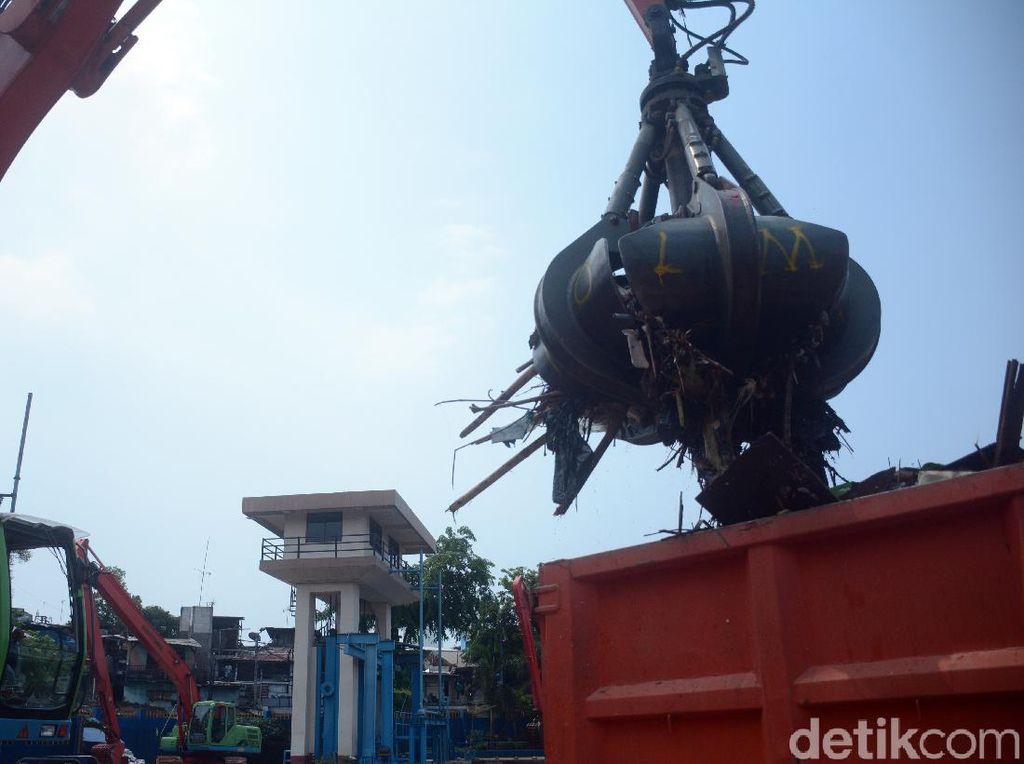 Dinas LH DKI Angkut 1.596 Meter Kubik Sampah di 3 Pintu Air