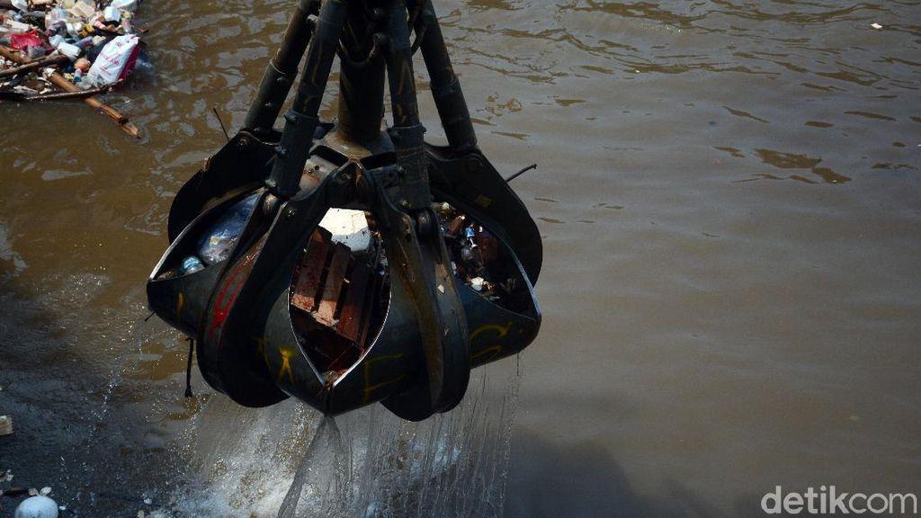 48 Meter Kubik Sampah Diangkut di Pintu Air Manggarai