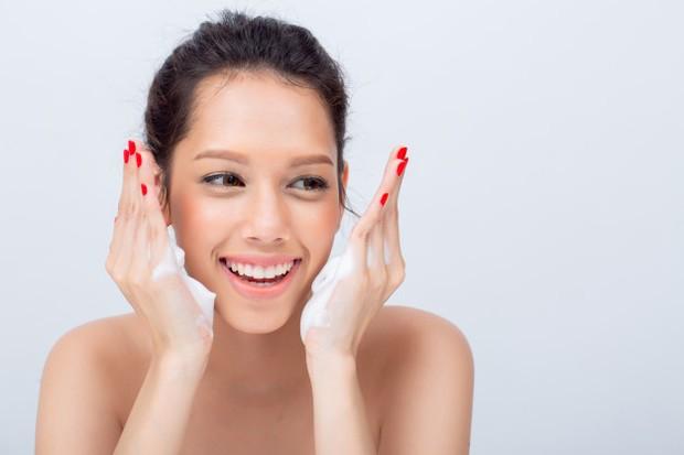 Lakukan second cleanser untuk hasil kulit wajah yang maksimal.