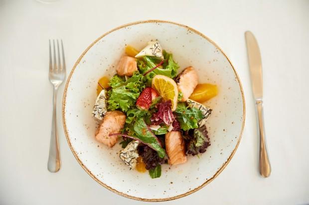 Buatlah makanan sehat favorit sendiri karena mengonsumsinya akan lebih mudah.