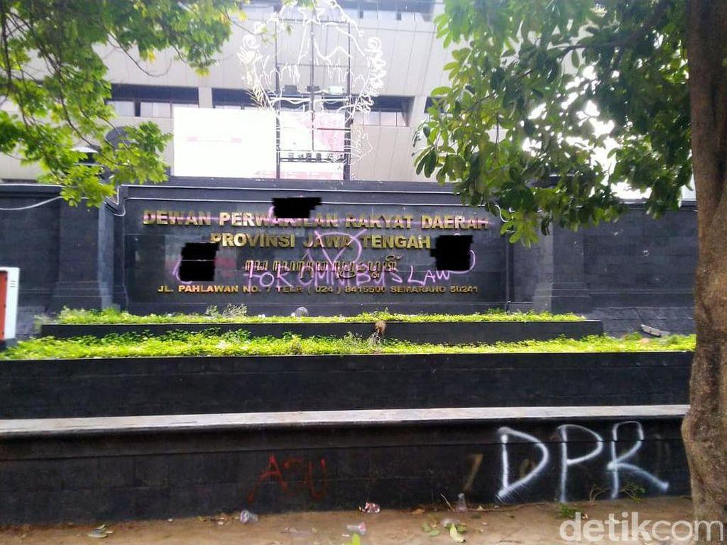Demo Omnibus Law, Gedung DPRD Jateng Dicoreti Kata-kata Makian