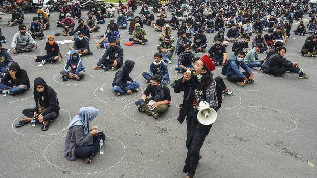 Massa dari aktivis mahasiswa, buruh dan masyarakat menggelar aksi unjuk rasa di Kantor DPRD Kota Tasikmalaya, Jawa Barat, Rabu (7/10/2020). Aksi tersebut menolak pengesahan UU Cipta Kerja yang telah disahkan oleh DPR RI karena dinilai sudah menciderai hak-hak buruh. ANTARA FOTO/Adeng Bustomi/foc.