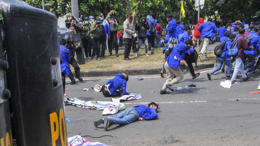 Mahasiswa Tersungkur Usai Bentrok dengan Polisi di Jababeka