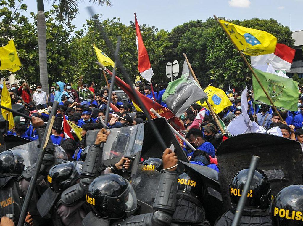 Video Bentrokan Mahasiswa Penolak Omnibus Law dan Polisi di Jababeka!