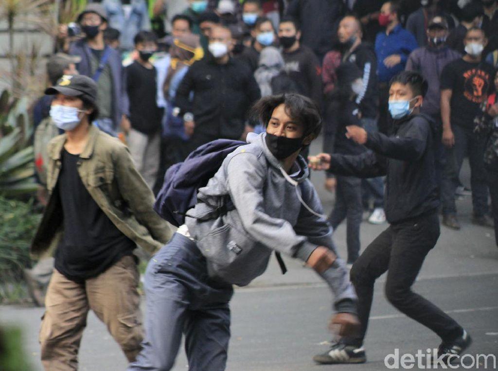 Aksi Penolakan Omnibus Law UU Ciptaker di Bandung Kembali Ricuh