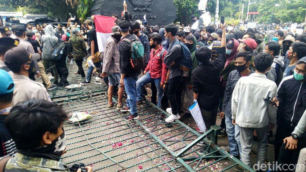 Aksi Protes Tolak UU Cipta Kerja di Semarang Ricuh