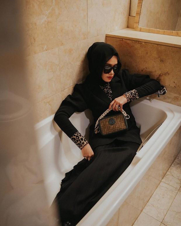 Meskipun mengaku lumayan kesulitan karena ruangannya yang sempit, tapi hasil photoshoot yang dilakukan di kamar mandi pun sangat menakjubkan.