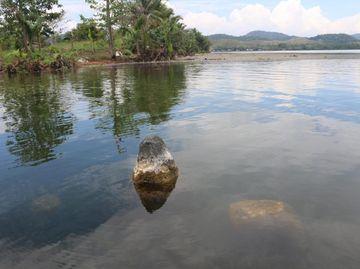 Potret Benda-Benda Purbakala yang Muncul di Danau Sentani Saat Surut