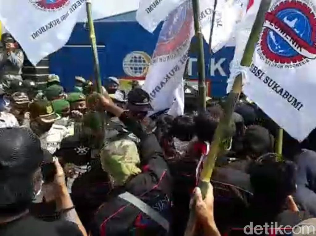 Video Demo Buruh di Sukabumi Memanas, Paksa Terobos Pabrik