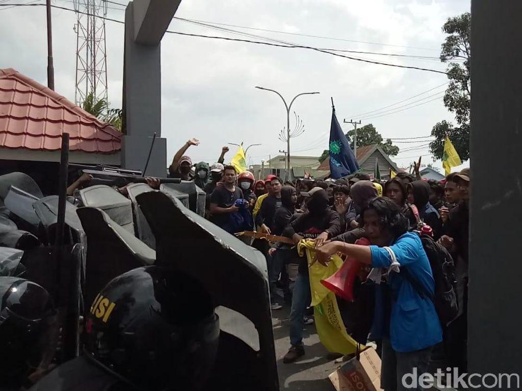 Beringasnya Demo Tolak Omnibus Law di Parepare: Gas Air Mata Vs Batu
