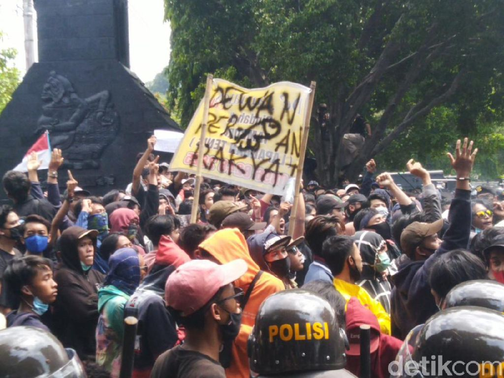 Demo Tolak Omnibus Law di DPRD Jateng Diwarnai Lemparan Botol-Bambu