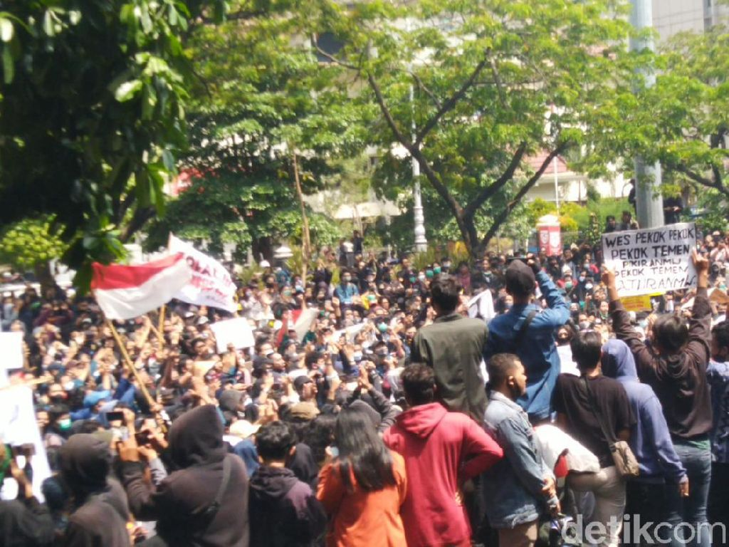 Massa Demo Omnibus Law Robohkan Pagar DPRD Jateng, Ada Korban Luka