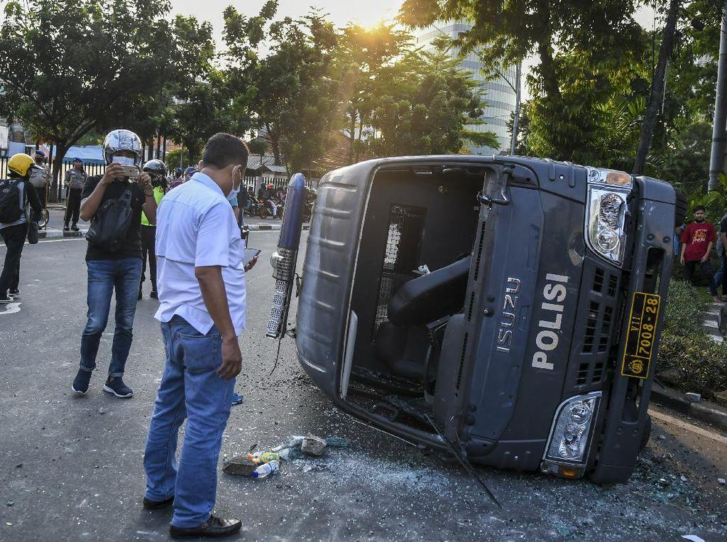 Mobil Polisi jadi Sasaran Aksi Tolak UU Omnibus Law di Jakarta