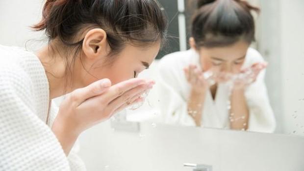 Ini adalah skincare yang paling penting untuk digunakan! Facial foam atau sabun cuci muka berfungsi untuk membersihkan kulit dari debu, polusi, kotoran, minyak, hingga sisa makeup.