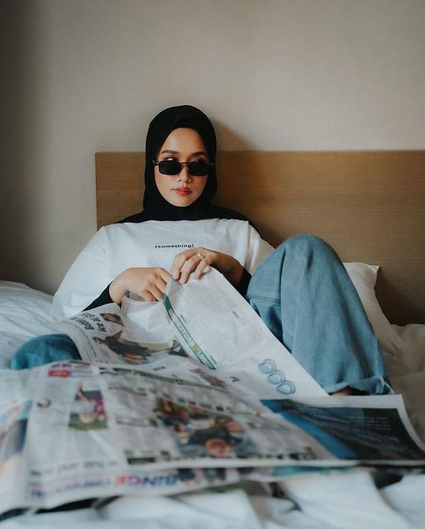 meskipun foto hanya di atas kasur dan menggunakan koran yang bertebaran hasil fotonya pun sangat mengesankan