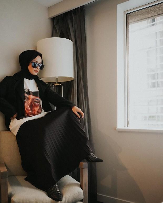 Saat hari keduanya, Ana pun menggunakan kursi dan lampu saat melakukan photoshoot mandirinya.
