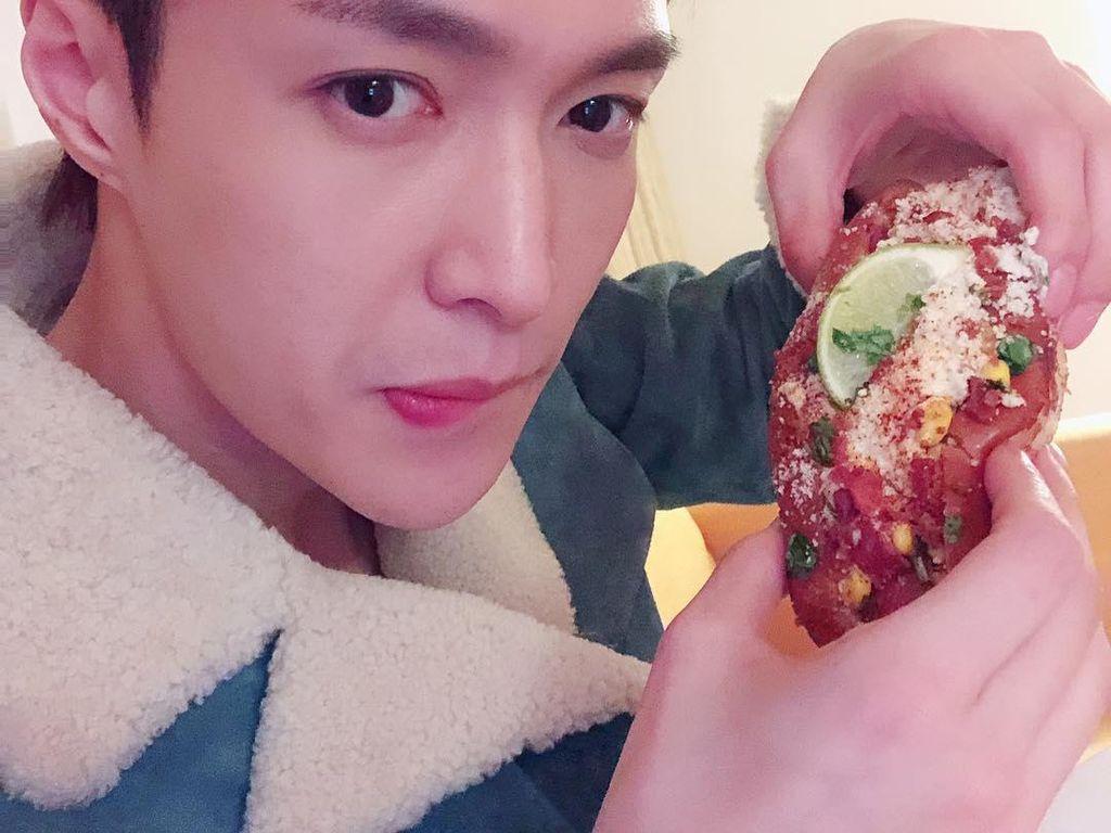 Lay EXO Ultah ke-29, Begini Momennya Saat Lahap Hot Dog