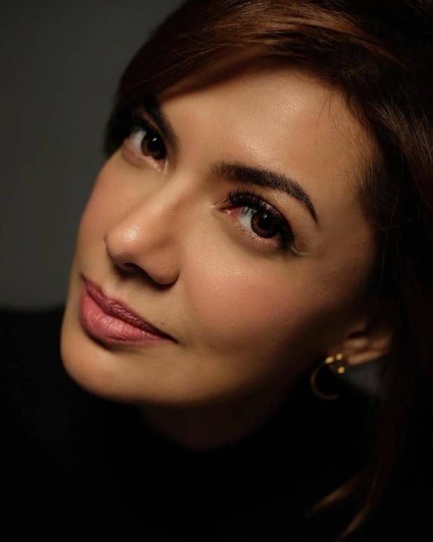 Riasan wajah yang digunakan juga menjadi kunci dari penampilan yang awet muda bagi Najwa Shihab.