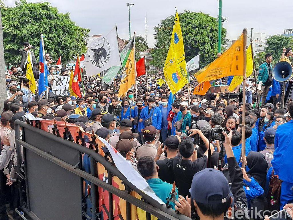 Massa Aksi Tolak Omnibus Law Geruduk DPRD Banyumas