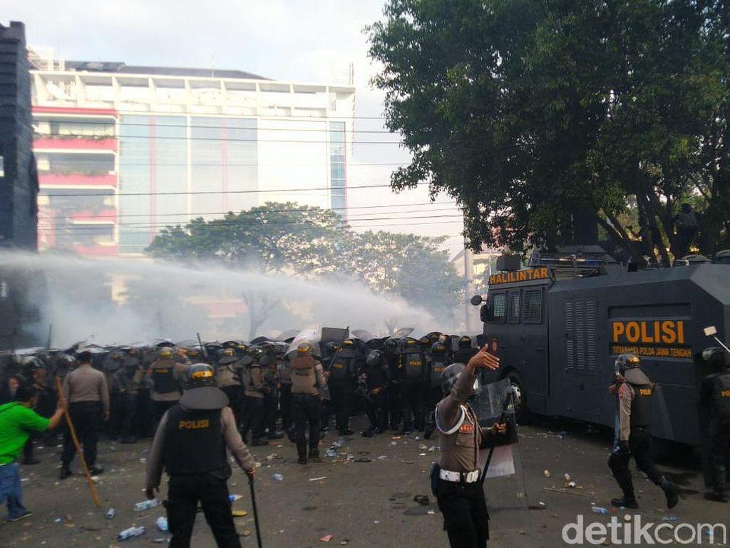 Demo Omnibus Law di DPRD Jateng Ricuh, Polisi Tembakkan Gas Air Mata