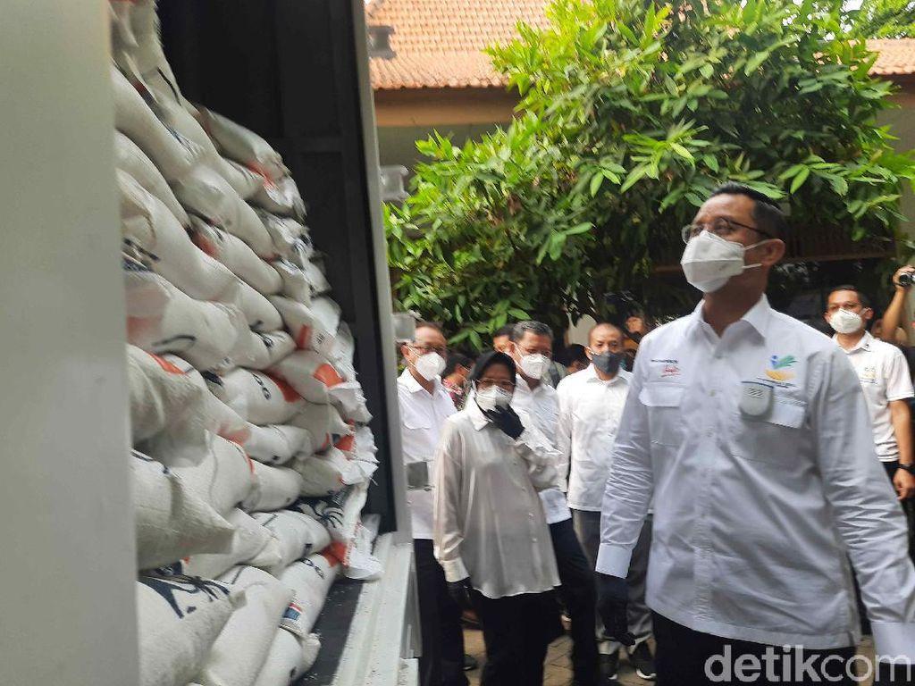 Mensos dan Risma Launching Bansos Beras untuk 114 Ribu Warga Surabaya