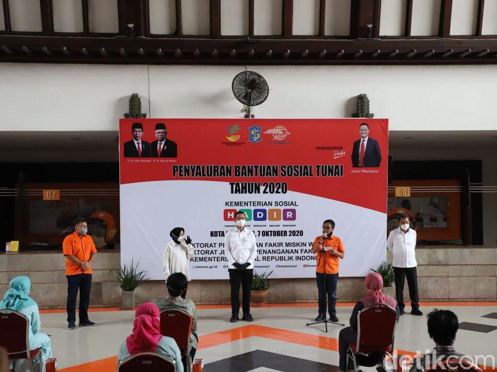 Mensos Salurkan Bantuan Tunai ke Surabaya Sesuai Intruksi Presiden