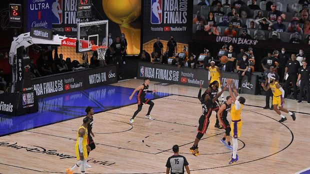 Los Angeles Lakers forward Anthony Davis makes a 3-point basket during the second half in Game 4 of basketball's NBA Finals against the Miami Heat Tuesday, Oct. 6, 2020, in Lake Buena Vista, Fla. (AP Photo/Mark J. Terrill)