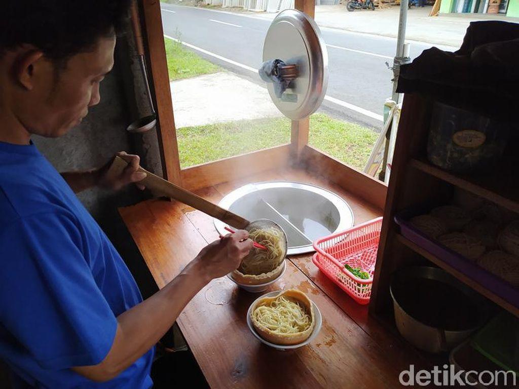 Uniknya Mie Ayam di Borobudur, Mangkuknya Pakai Bakso