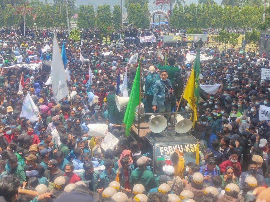 Demo Tolak UU Ciptaker di DPRD Lampung Ricuh, Massa Pelajar Lempar Batu