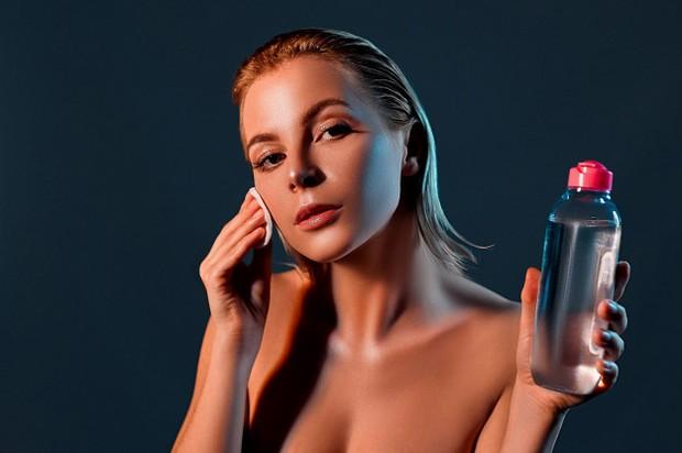 Menggunakan air mawar Viva bisa membersihkan wajah dari kotoran yang menempel di kulit
