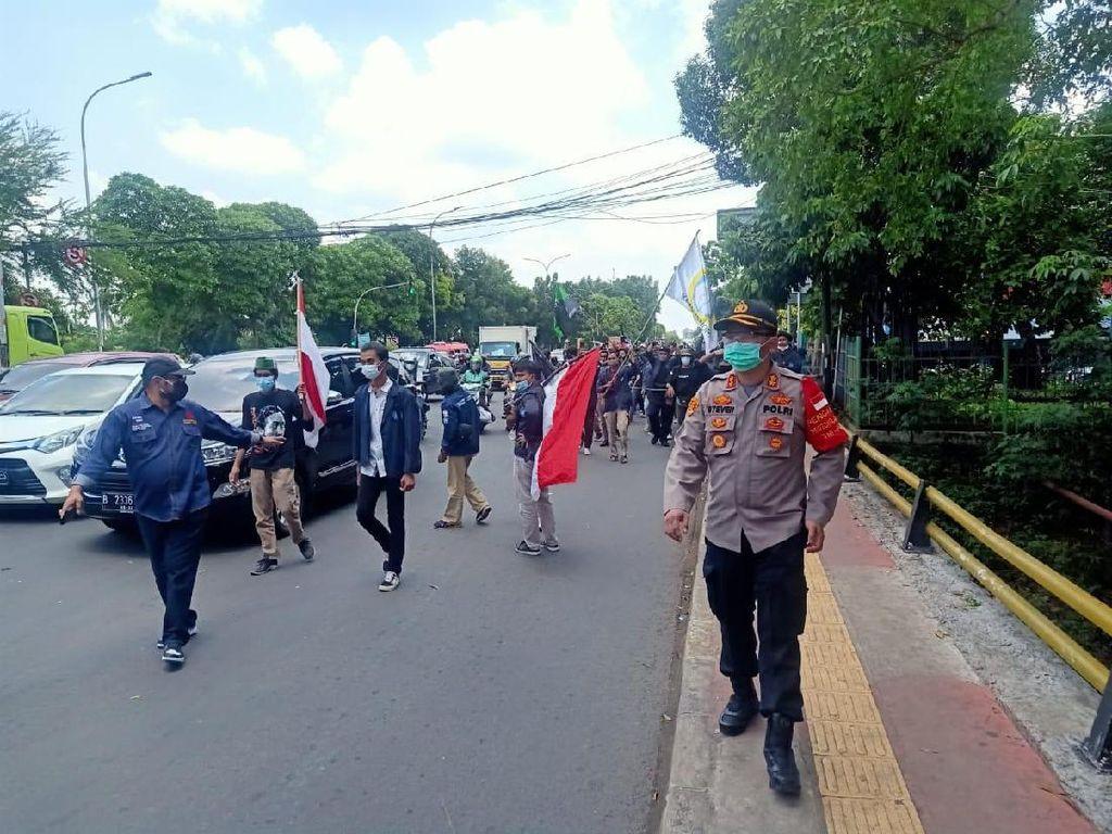 200 Mahasiswa Demo di Pasar Rebo Sempat Bakar Ban, Sudah Bubar