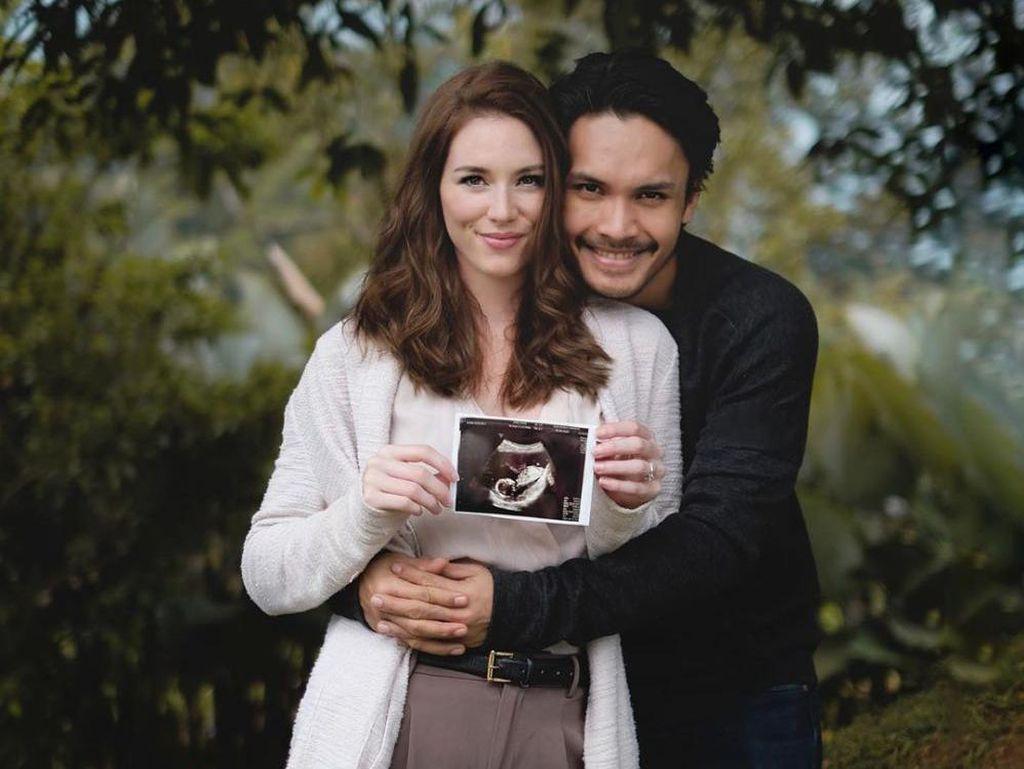 10 Potret Kemesraan Randy Pangalila & Istri Bulenya yang Hamil Anak Pertama