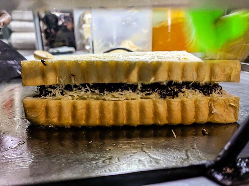 5 Tempat Jajan Roti Bakar Topping Melimpah di Malang