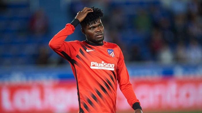 VITORIA-GASTEIZ, SPAIN - OCTOBER 29: Thomas Teye Partey of Club Atletico de Madrid looks on during the Liga match between Deportivo Alaves and Club Atletico de Madrid at Estadio de Mendizorroza on October 29, 2019 in Vitoria-Gasteiz, Spain. (Photo by Juan Manuel Serrano Arce/Getty Images)