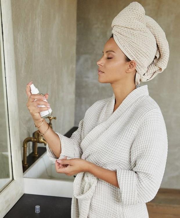 Toner berfungsi untuk mengembalikan kelembaban yang hilang setelah mencuci muka. Selain itu, penggunaan toner juga berfungsi untuk menyeimbangkan pH kulit.