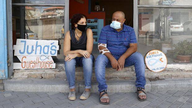 Israeli Naama Goldman-Shwartz, 45, (L) and Arab-Israeli Ahmad