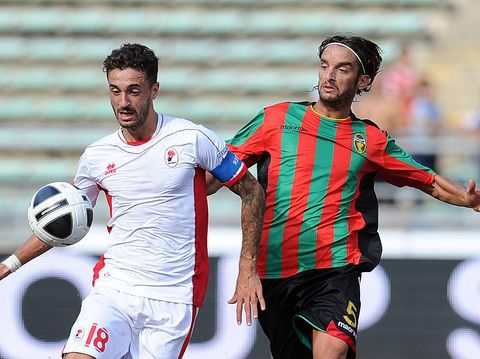 BARI, ITALY - SEPTEMBER 09:  Francesco Caputo of Bari (L) and Crocefisso Miglietta of Ternana in action during the Serie B match between AS Bari and Ternana Calcio at Stadio San Nicola on September 9, 2012 in Bari, Italy.  (Photo by Giuseppe Bellini/Getty Images)