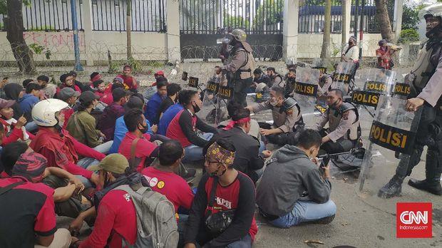 Sebanyak tujuh orang personel polisi di Medan mengalami luka-luka dalam aksi unjuk rasa menolak disahkannya Omnibus Law Cipta Kerja menjadi undang-undang, Kamis (8/10/2020).