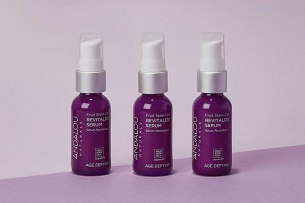 Andalou Naturals Fruit Stem Cell Revitalize Serum merupakan serum wajah berbahan alami