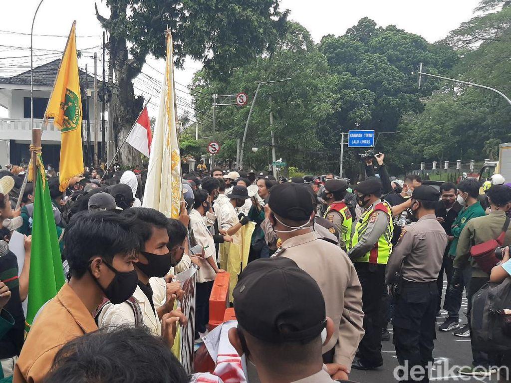 Video Demo di Depan Istana Bogor Berakhir Ricuh