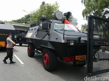 Barracuda-Water Cannon Amankan Demo Tolak Omnibus Law
