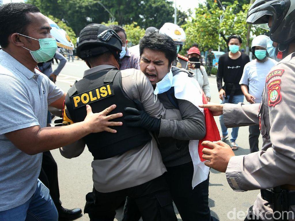 Begerak ke DPR, Buruh Diadang Polisi di Taman Ria Senayan