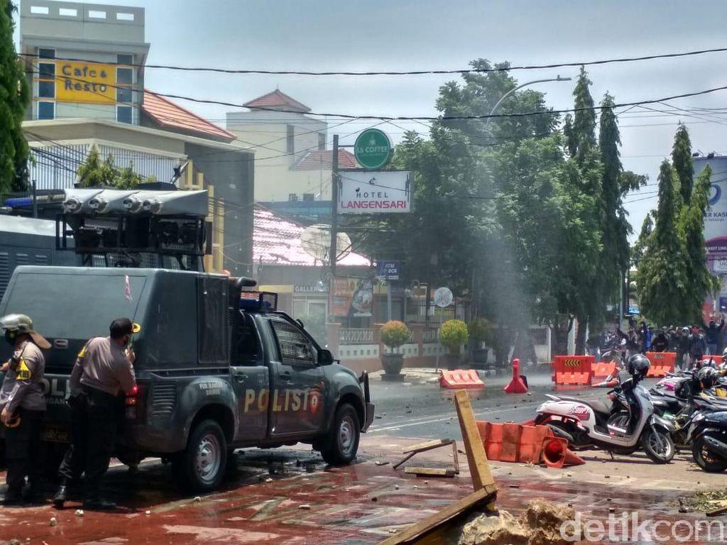 Bentrok Demonstran-Polisi di Cirebon, Saling Lempar Batu