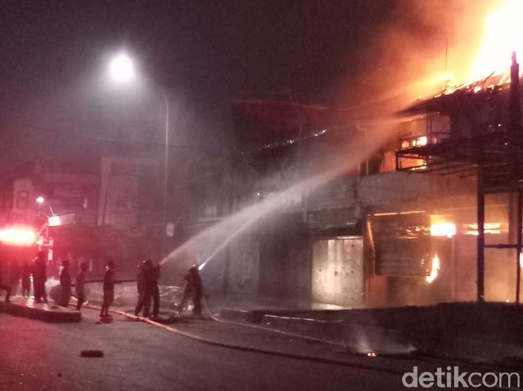Damkar Padamkan Kebakaran Bioskop Grand Theater Senen