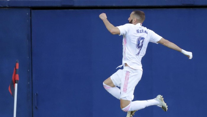 Real Madrids Karim Benzema, celebrates after scoring the sides second goal during the Spanish La Liga soccer match between Levante and Real Madrid at the Ceramica stadium in Villarreal, Spain, Sunday, Oct. 4, 2020. (AP Photo/Jose Miguel Fernandez)