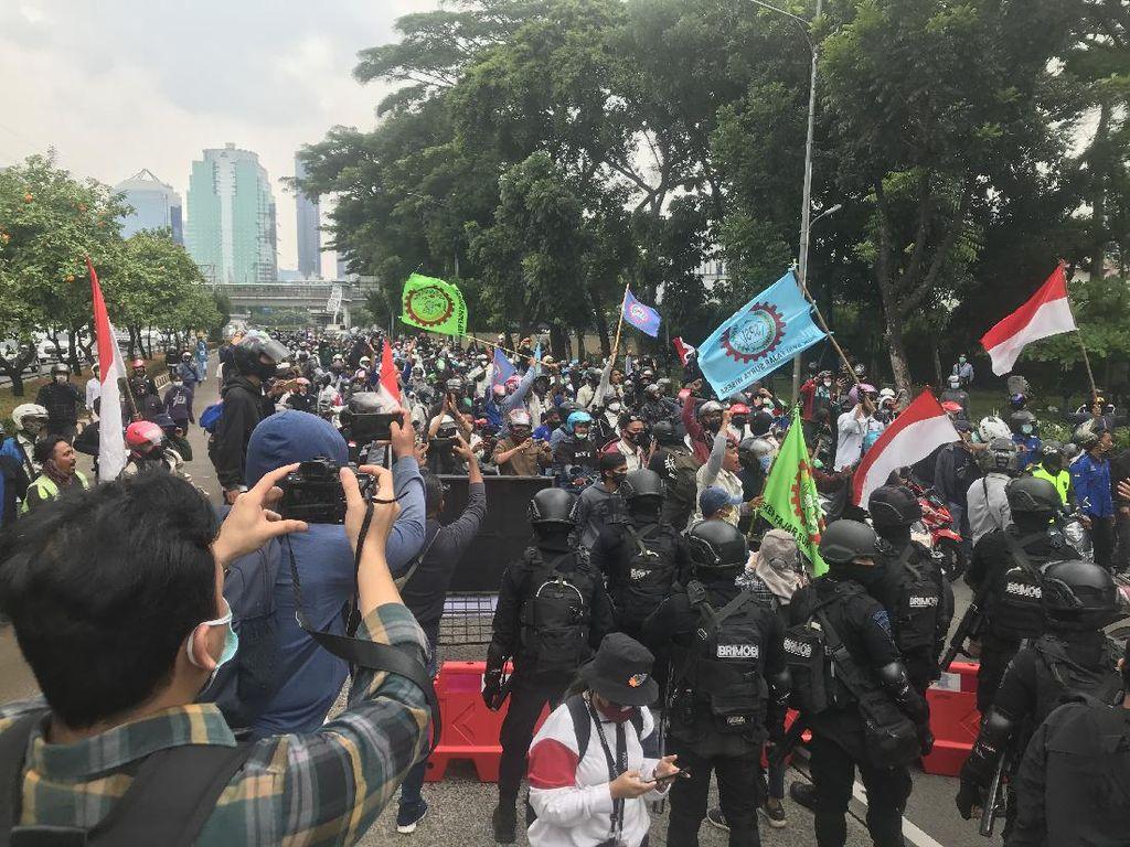 Terobos Barrier-Hendak ke DPR, Massa Buruh Dihadang Polisi di Depan JCC Senayan