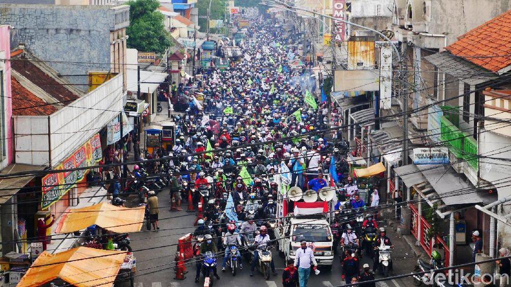 Buruh Cimahi Bergerak ke Gedung Sate Bandung
