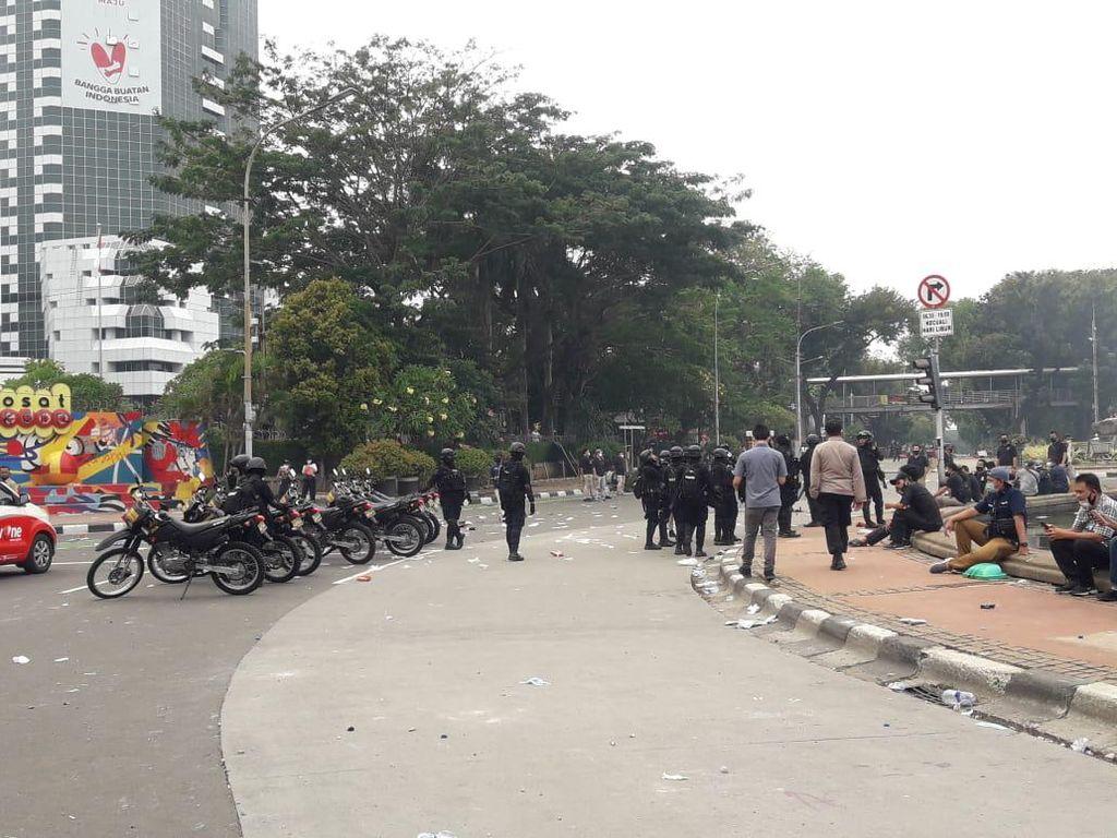 Polisi Tembakkan Gas Air Mata, Massa Demo Berhamburan dari Patung Kuda