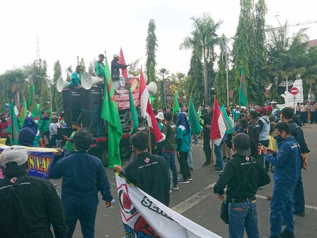 Massa Buruh Demo di Depan DPRD Cilegon Desak UU Ciptaker Dicabut
