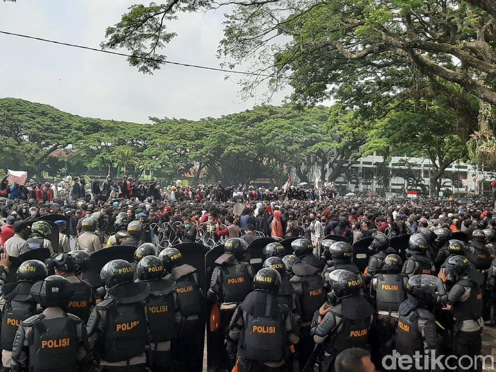 Sempat Hujan Batu, Aksi Tolak Omnibus Law di Malang Kembali Bergulir